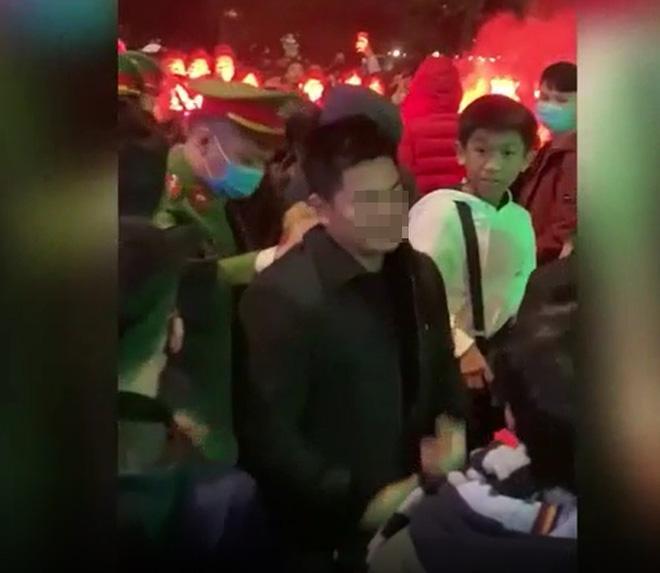 CLIP: Đốt pháo sáng náo loạn Hồ Gươm, 2 thanh niên lập tức bị công an đưa lên phường-1