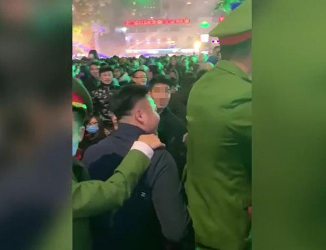 CLIP: Đốt pháo sáng náo loạn Hồ Gươm, 2 thanh niên lập tức bị công an đưa lên phường-2