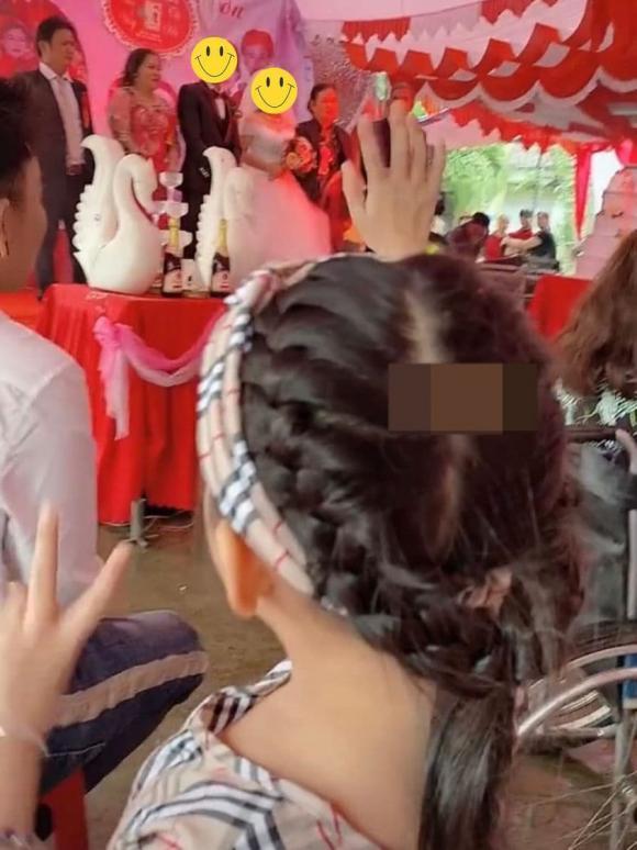 Con gái trang điểm tiễn mẹ lấy chồng, ngoại hình nổi bật của cô dâu trung niên gây chú ý-5