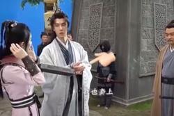 Triệu Lệ Dĩnh tỏ vẻ 'si mê' Vương Nhất Bác, dùng ổ khóa buộc tay nhau ở hậu trường 'Hữu Phỉ'