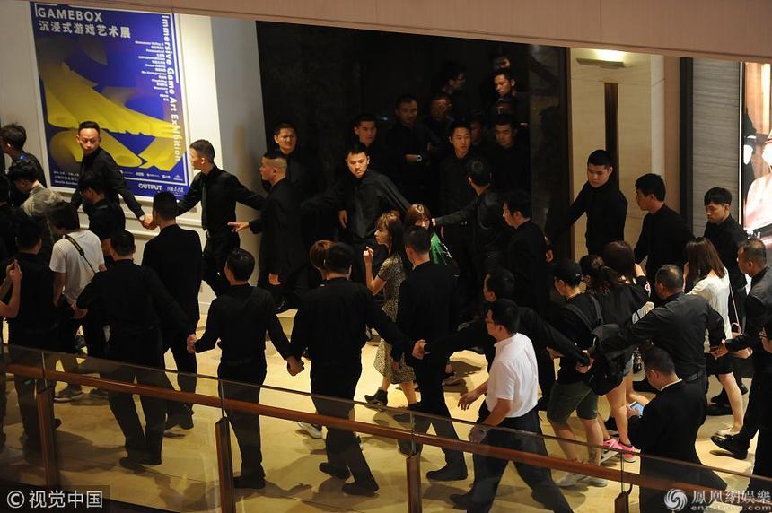 Hàng chục vệ sĩ hộ tống Cảnh Điềm và sự phô trương của sao Trung Quốc-2
