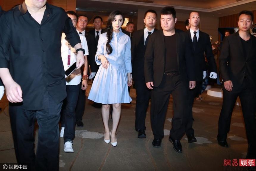 Hàng chục vệ sĩ hộ tống Cảnh Điềm và sự phô trương của sao Trung Quốc-3