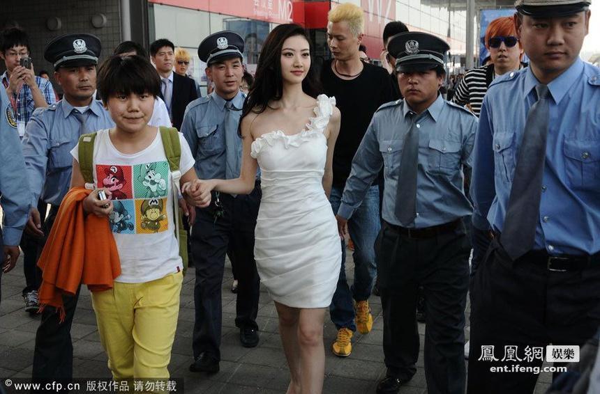 Hàng chục vệ sĩ hộ tống Cảnh Điềm và sự phô trương của sao Trung Quốc-4