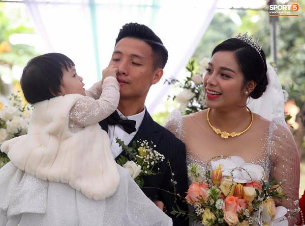 Bà xã Bùi Tiến Dũng lộ nhan sắc thật trong ngày cưới, khác xa ảnh sống ảo trên phây-5