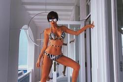 Mẹ bỉm Phương Mai mặc bikini tạo dáng táo bạo
