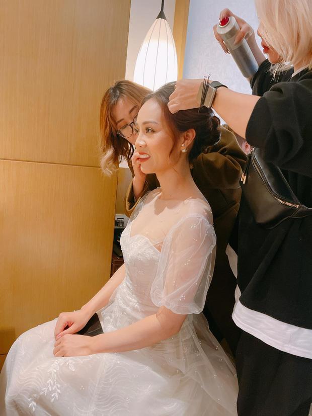 NSND Công Lý ngượng ngùng hôn cô dâu kém 15 tuổi trên lễ đường-1