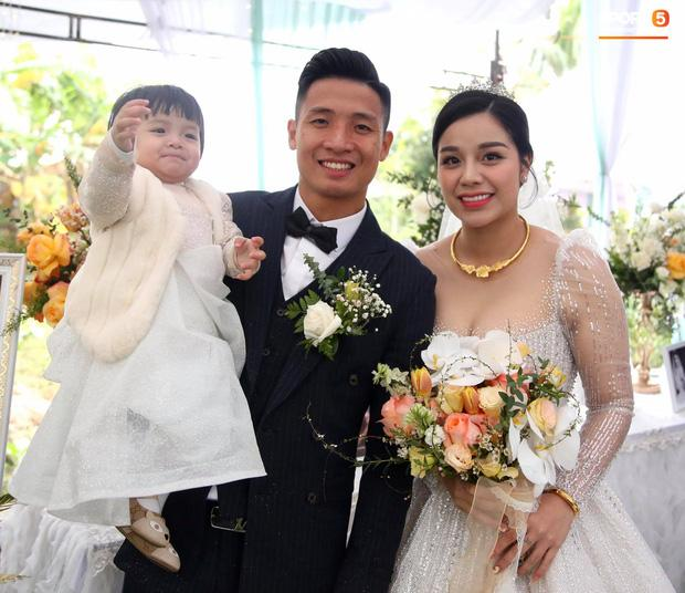 Bùi Tiến Dũng gặp sự cố muối mặt ở đám cưới, Khánh Linh đứng cạnh phải bật cười-1
