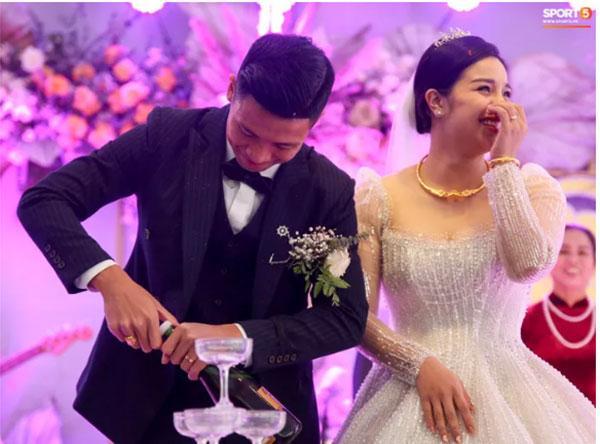 Bùi Tiến Dũng gặp sự cố muối mặt ở đám cưới, Khánh Linh đứng cạnh phải bật cười-4