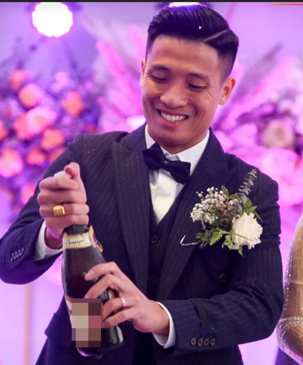 Bùi Tiến Dũng gặp sự cố muối mặt ở đám cưới, Khánh Linh đứng cạnh phải bật cười-2
