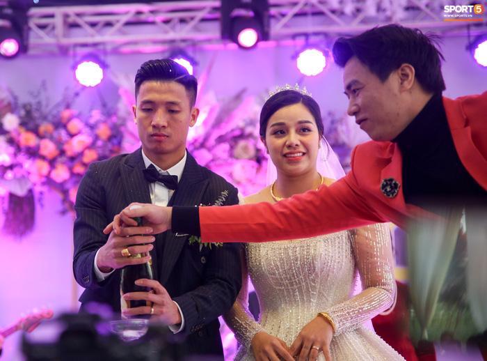 Bùi Tiến Dũng gặp sự cố muối mặt ở đám cưới, Khánh Linh đứng cạnh phải bật cười-3