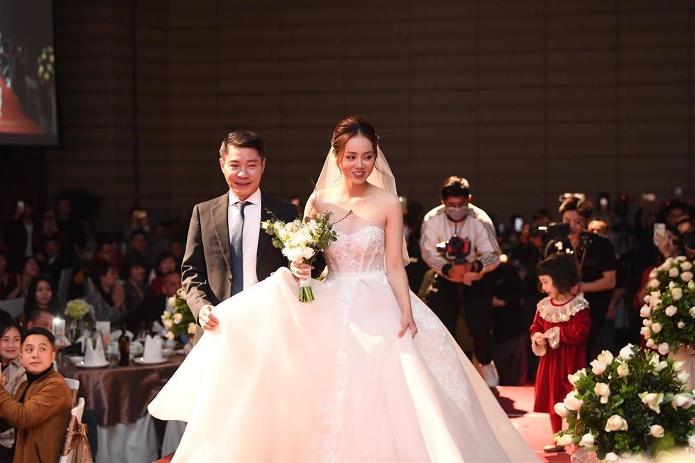 NSND Công Lý ngượng ngùng hôn cô dâu kém 15 tuổi trên lễ đường-14