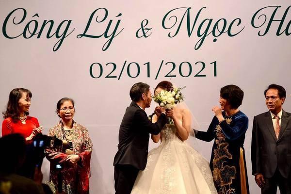 NSND Công Lý ngượng ngùng hôn cô dâu kém 15 tuổi trên lễ đường-18