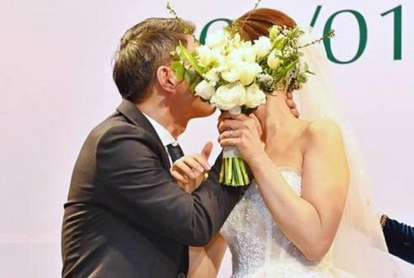 NSND Công Lý ngượng ngùng hôn cô dâu kém 15 tuổi trên lễ đường-19