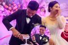Bùi Tiến Dũng gặp sự cố 'muối mặt' ở đám cưới, Khánh Linh đứng cạnh phải bật cười