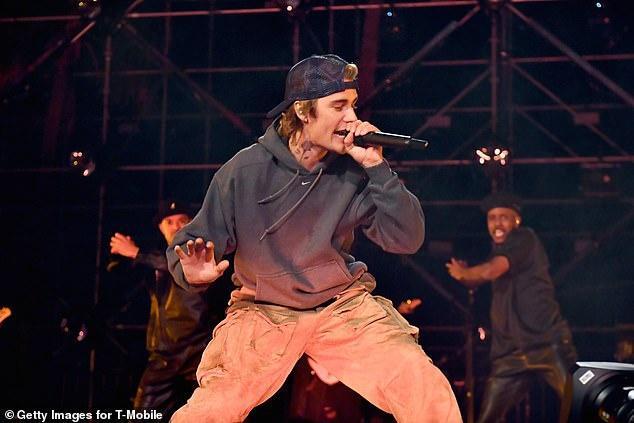 Justin Bieber quên lời ca khúc khi biểu diễn-1