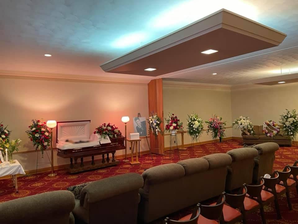 Vợ khóc nghẹn khi thấy thi hài Vân Quang Long trong tang lễ tại Mỹ-1