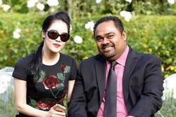 Hoa hậu Thu Hoài đăng đàn bức xúc vì chồng Thu Phương chụp ảnh thi thể ca sĩ Vân Quang Long ở đám tang tại Mỹ