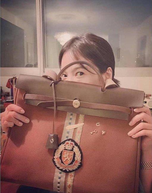Soi chiếc túi Son Ye Jin cầm đi hẹn hò với Hyun Bin: Hóa ra cũng là tín đồ thích hàng độc giống Song Hye Kyo-6