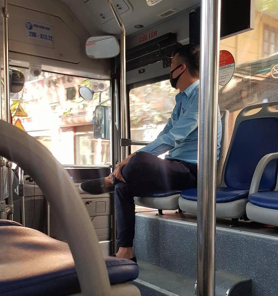 Người phụ nữ bán hàng rong mang thai vừa bước lên xe buýt, anh phụ xe có hành động tan chảy trái tim bao người-1