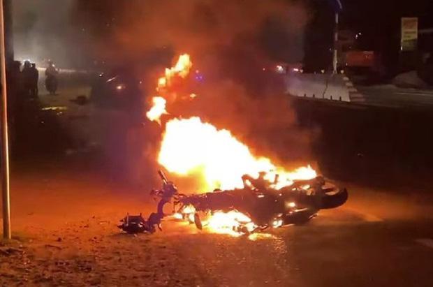 Tai nạn kinh hoàng trên quốc lộ: Xe máy bốc cháy dữ dội, nạn nhân đứt lìa 2 chân-2