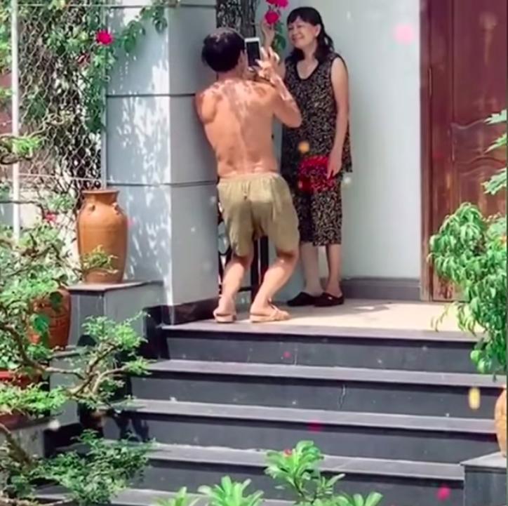 Anh chồng tâm lý nhất MXH: Dùng tay nâng ngực giúp vợ chụp ảnh tự sướng-3
