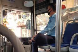 Người phụ nữ bán hàng rong mang thai vừa bước lên xe buýt, anh phụ xe có hành động tan chảy trái tim bao người