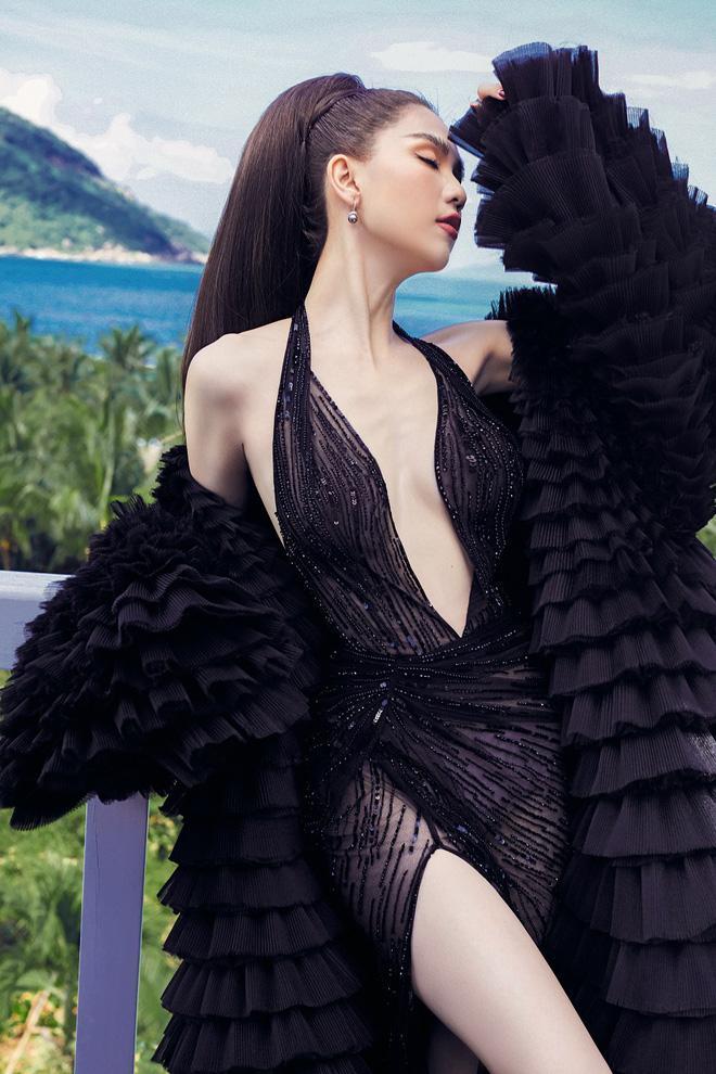 Vợ Justin Bieber diện đầm khoét ngực hiểm hóc na ná váy cực phèn của Lâm Khánh Chi-5