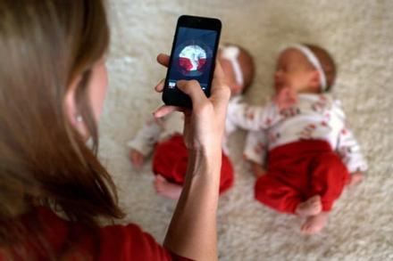Bố mẹ ra tòa vì đăng ảnh riêng tư của con lên mạng