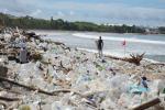 Hàng tấn rác thải nhựa tràn ngập bãi biển Bali