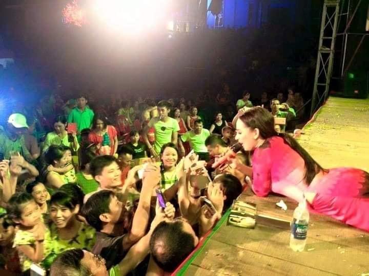 Một pha xử lý đi vào lòng người của Phi Nhung: Vừa hát vừa nằm ra sàn sân khấu chụp ảnh cùng fan-2