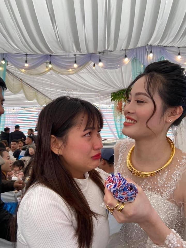 Cô gái ôm cô dâu khóc như mưa ở đám cưới, nguyên nhân phía sau mới bất ngờ-2
