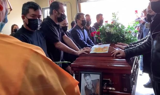 Dàn  nghệ sĩ ngã quỵ tiễn đưa thi hài Vân Quang Long đi hỏa thiêu-4