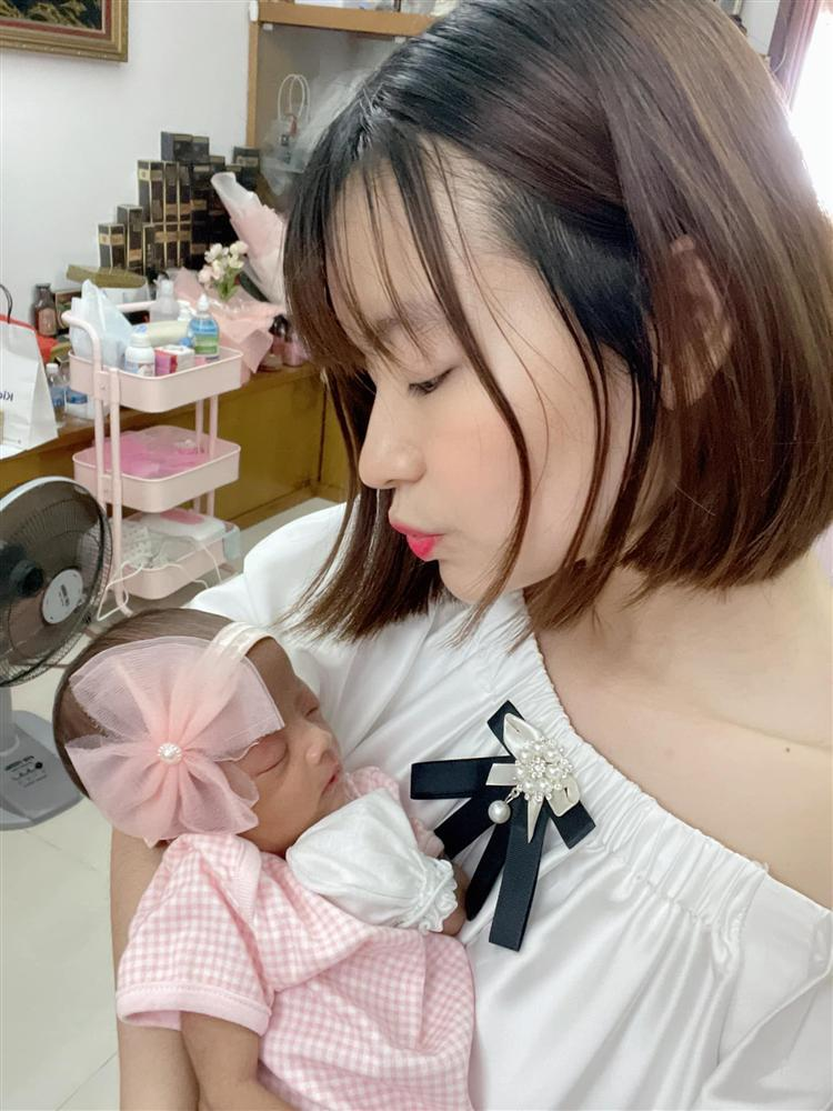1 tháng tuổi đã được tặng trăm triệu, con gái Mạc Văn Khoa nhập hội rich kid-2