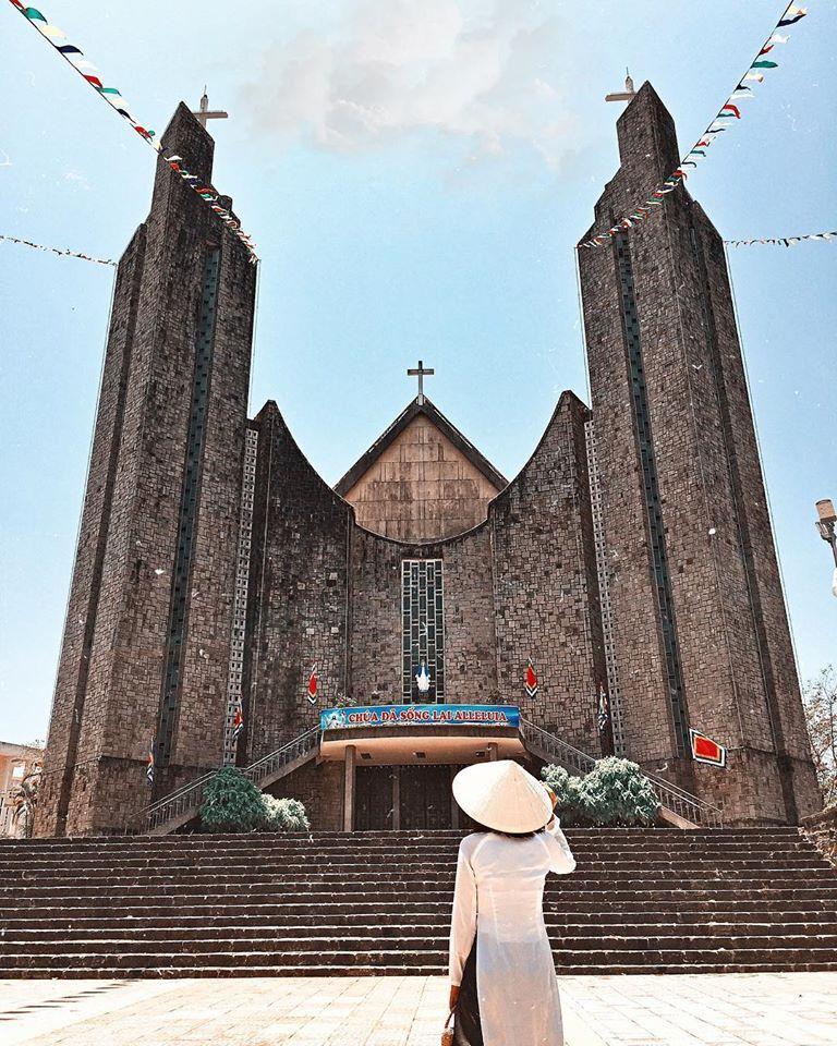 Đổi gió check-in ngay tại nhà thờ có kiến trúc đẹp như châu Âu ở Huế mộng mơ-1
