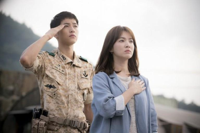 Fans bấn loạn trước tin Song Hye Kyo tái hợp biên kịch Hậu duệ mặt trời-3