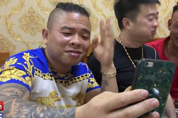 Truy tìm 2 đối tượng nổ súng vào xe ô tô của thánh chửi Dương Minh Tuyền-1