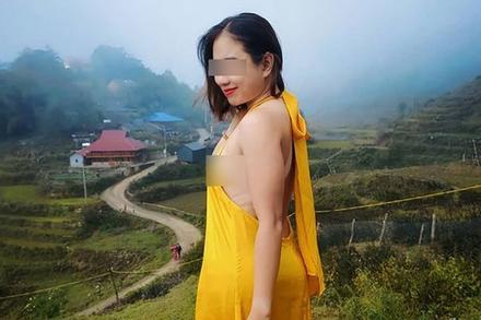 Người phụ nữ mặc váy khoét lưng, lộ vòng 1 phản cảm giữa thời tiết Sa Pa buốt giá