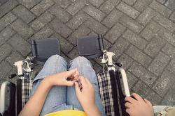 Bé gái ngồi xe lăn 8 năm như tật nguyền, sự thật phía sau gây phẫn nộ