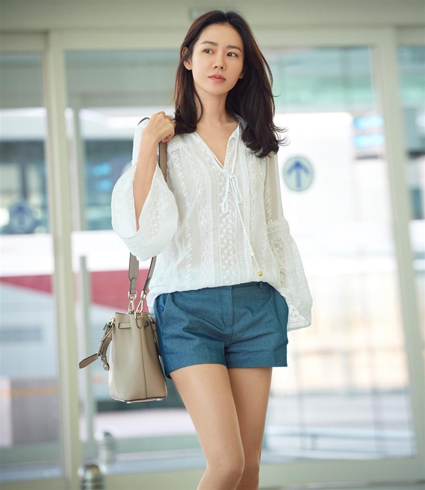 Son Ye Jin hạ đo ván Song Hye Kyo về style sân bay: Người biến sân bay thành sàn diễn, người mãi ăn vận xuề xòa cẩu thả-3