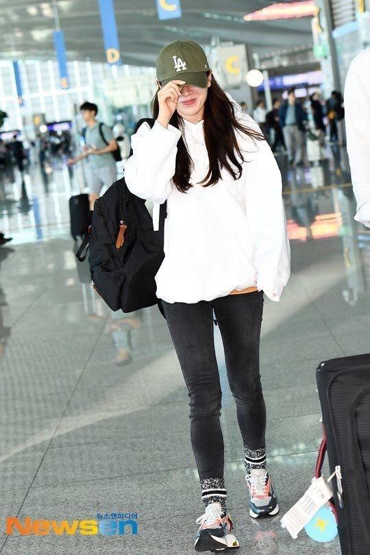 Son Ye Jin hạ đo ván Song Hye Kyo về style sân bay: Người biến sân bay thành sàn diễn, người mãi ăn vận xuề xòa cẩu thả-5