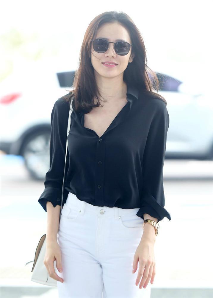 Son Ye Jin hạ đo ván Song Hye Kyo về style sân bay: Người biến sân bay thành sàn diễn, người mãi ăn vận xuề xòa cẩu thả-7