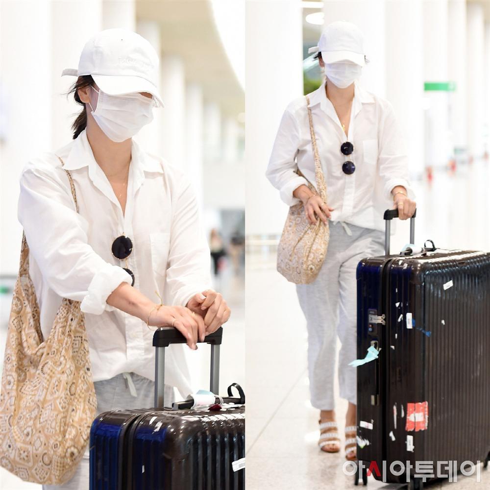 Son Ye Jin hạ đo ván Song Hye Kyo về style sân bay: Người biến sân bay thành sàn diễn, người mãi ăn vận xuề xòa cẩu thả-8