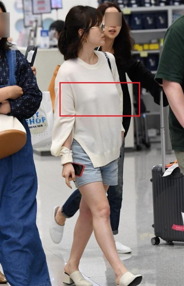 Son Ye Jin hạ đo ván Song Hye Kyo về style sân bay: Người biến sân bay thành sàn diễn, người mãi ăn vận xuề xòa cẩu thả-10