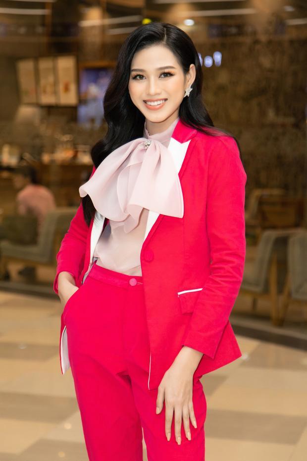 Đỗ Thị Hà giật spotlight nhờ suits đỏ nổi bật, netizen thắc mắc: Ủa sao giống Hà Hồ vậy?-1