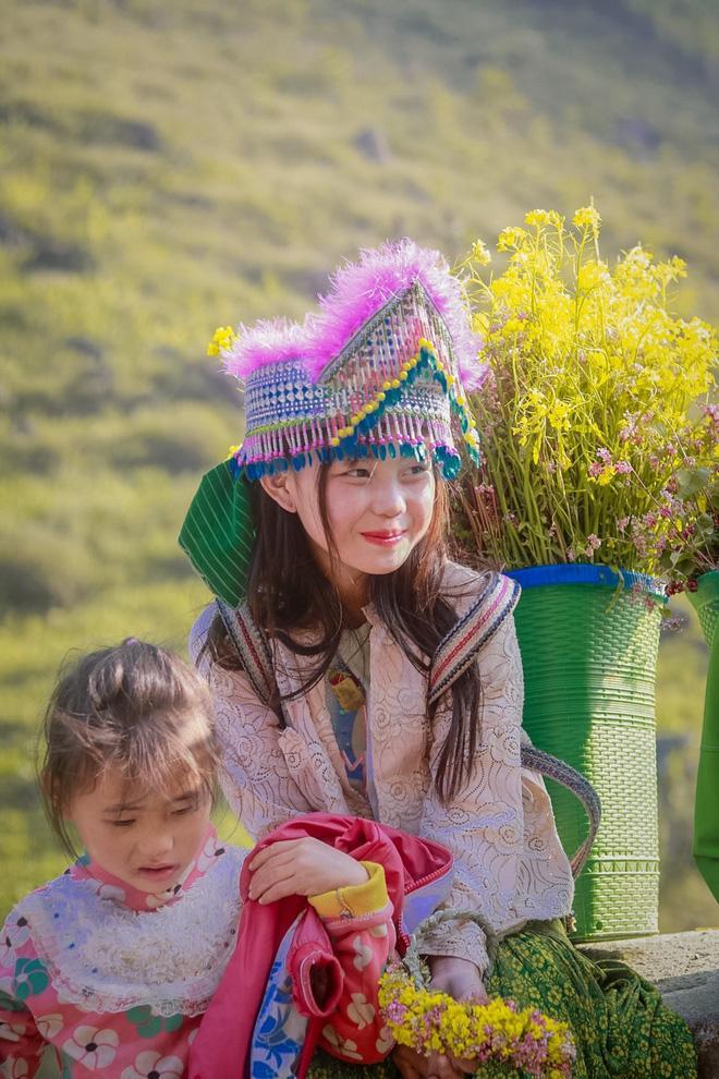 Phát sốt gương mặt bé gái Hà Giang cực xinh bế em bên đường-7