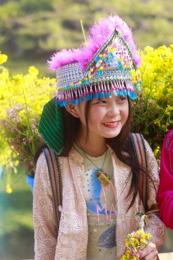 Phát sốt gương mặt bé gái Hà Giang cực xinh bế em bên đường-6