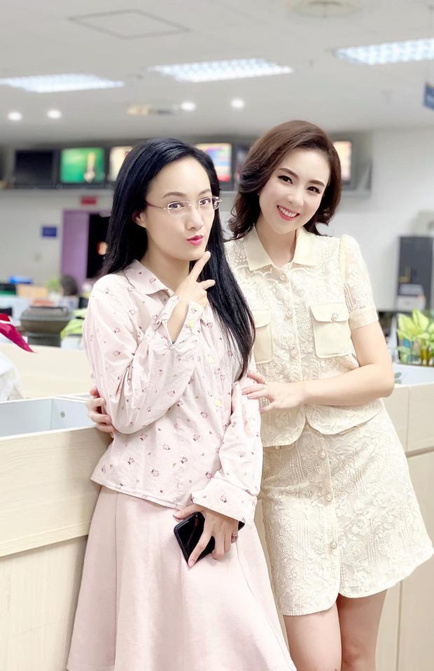 BTV Hoài Anh tiếp tục giật spotlight khi chung khung hình với thí sinh Hoa hậu kém mình 20 tuổi-2