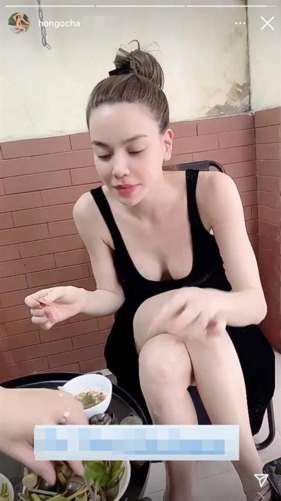 Hồ Ngọc Hà phô diễn vòng 1 gợi cảm trong lúc đi ăn cùng Lý Quý Khánh-1