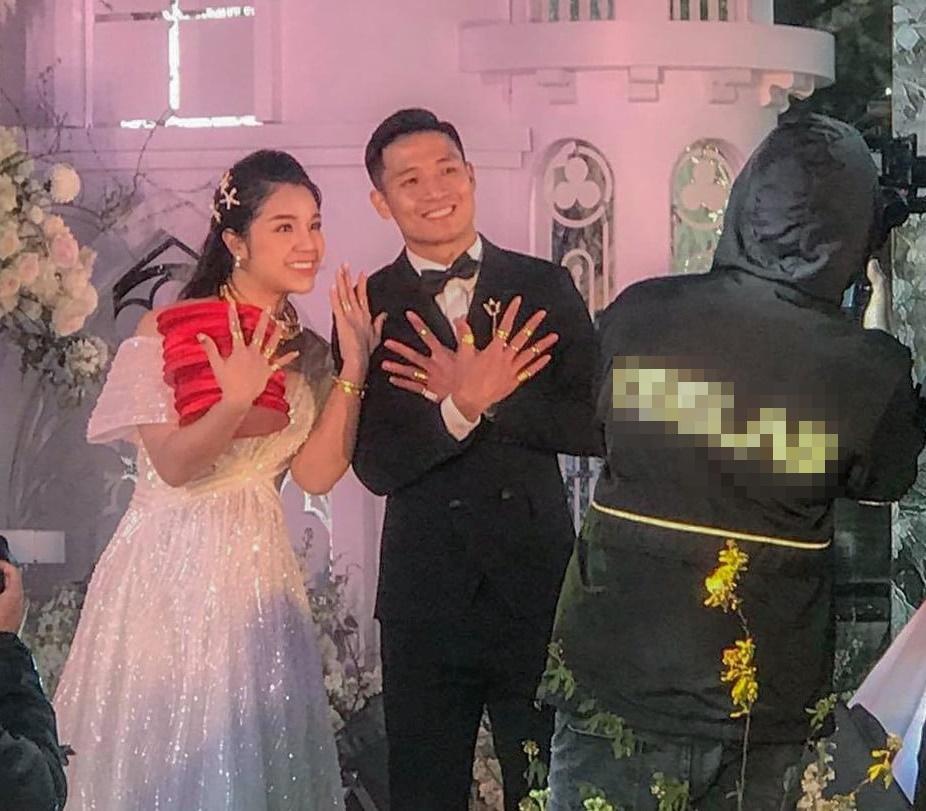 Bà xã Bùi Tiến Dũng chi 1,7 tỷ đồng cho váy cưới trong 3 lần tổ chức hôn lễ-7