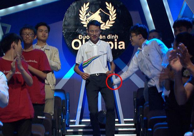 Vào trường quay chào khán giả, nam sinh Olympia bị khán giả đụng chạm vùng nhạy cảm-2